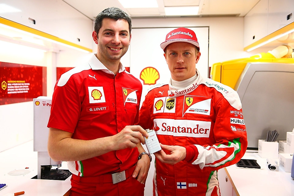 Guy Lovett y Kimi Raikkonen promocionando Shell V-Power